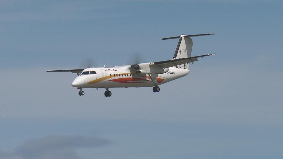 Un avion atterrit à l'Aéroport international Jean-Lesage