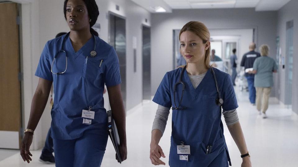 Les deux femmes marchent.