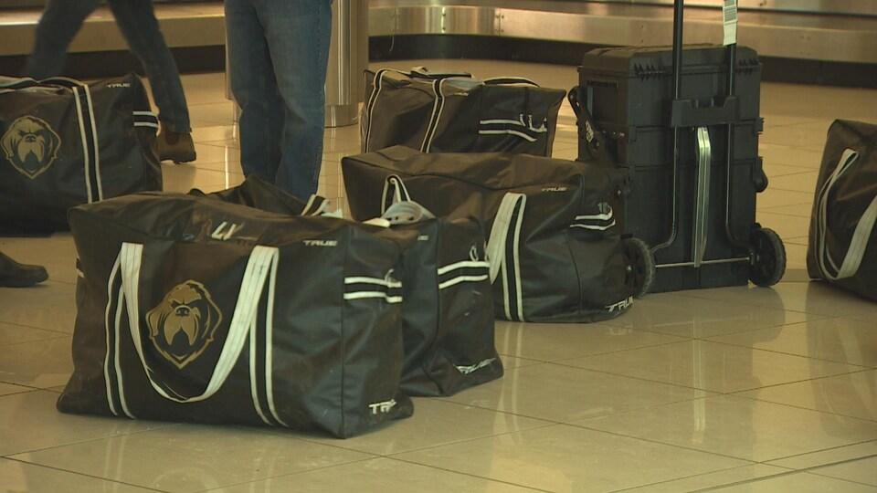 Des bagages avec le logo des Growlers.