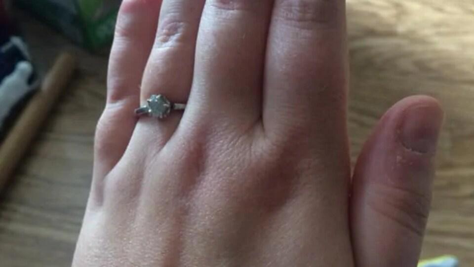 La bague sur un doigt de la fiancée