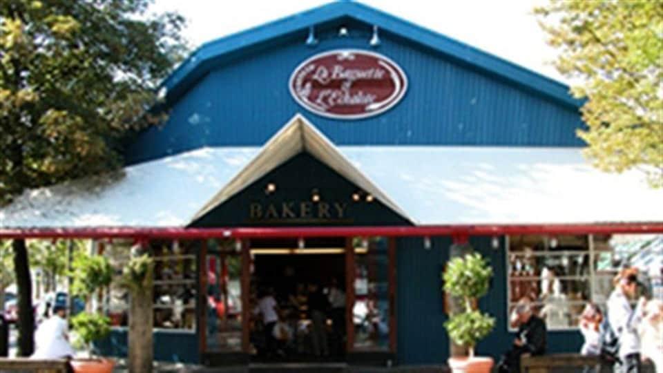 Une photographie de l'extérieur de la boulangerie La Baguette & l'Échalotte à l'île Granville à Vancouver un jour ensoleillé.