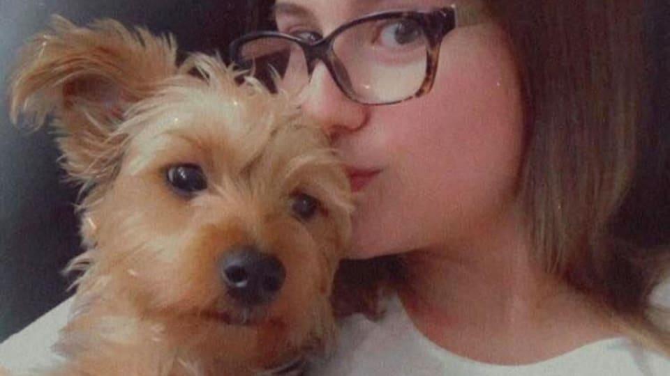 Bailey Gladwin embrasse son chien.