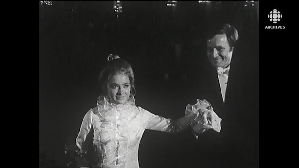 Ginette Noël fait la révérence tout en tenant la main de son père.