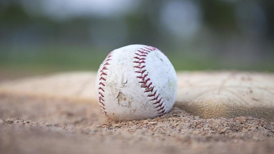 Une balle de baseball