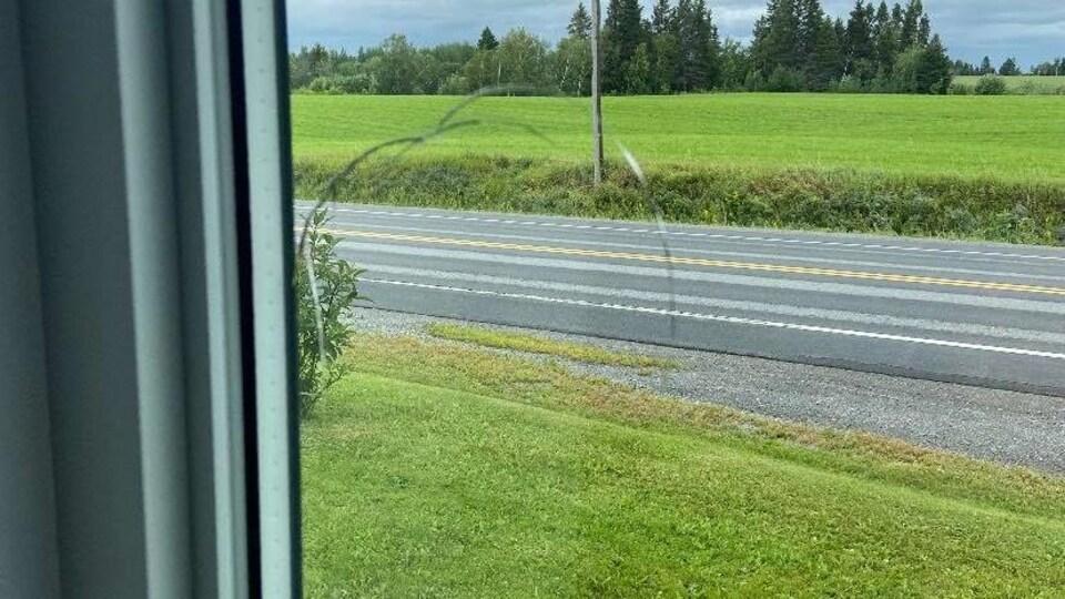 La trace d'un impact dans une fenêtre.