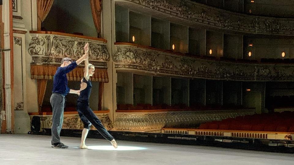 Deux danseurs répètent sur scène.