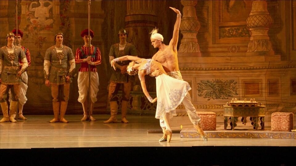 Des danseurs de ballet classique.