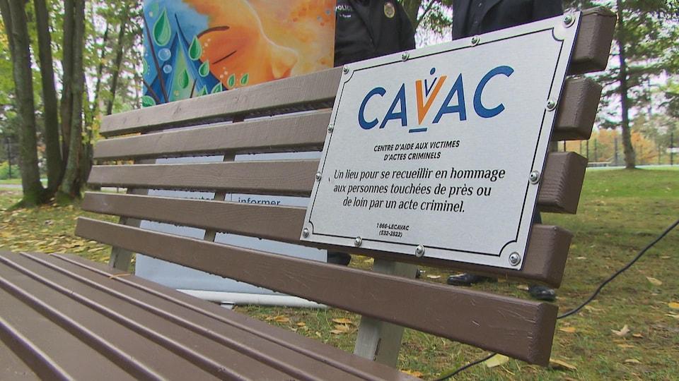 Le banc sur lequel est vissée une plaque à l'effigie du CAVAC.