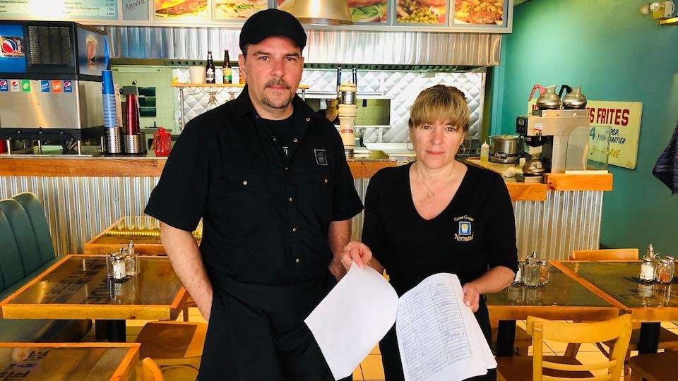 M. Chartier et Mme Villemaire dans leur restaurant.