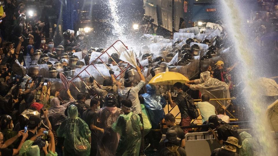 Affrontement entre policiers et manifestants.