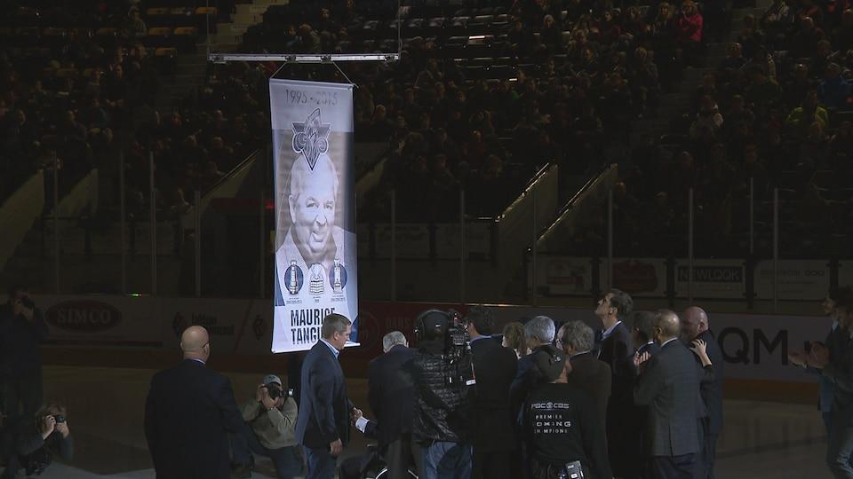 Lever de la bannière en hommage à Maurice Tanguay au Colisée de Rimouski.