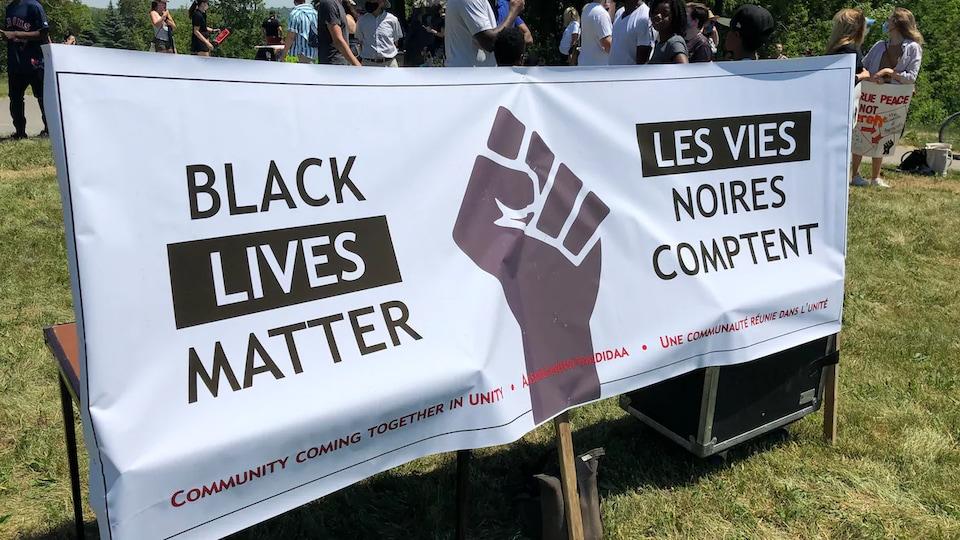 Une bannière lors d'une manifestation du mouvement Les Vies noires comptent.