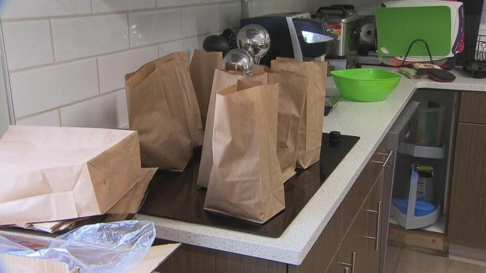 Des sacs d'aliments sur un comptoir de cuisine.