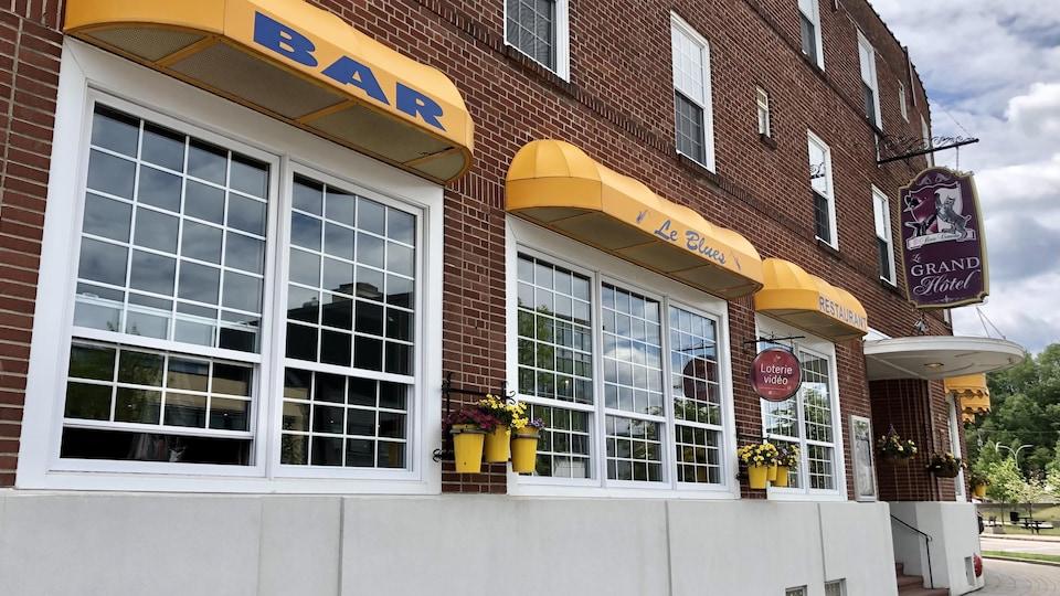 La façade et l'entrée du restaurant-bar Le Blues, à Baie-Comeau.