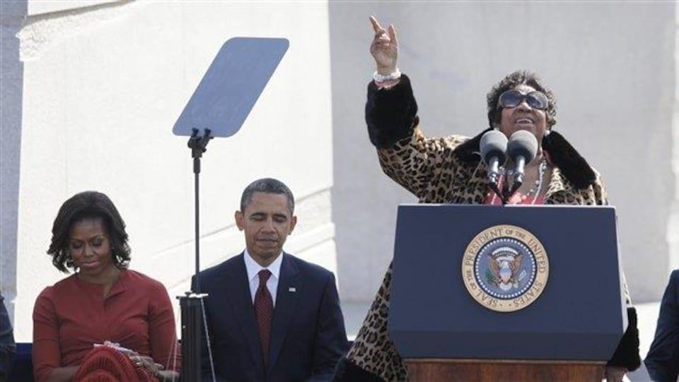 Aretha Franklin au lutrin, aux côtés du président Obama et de sa femme