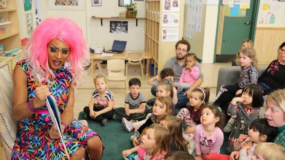 La drag queen Barbada lors de l'heure du conte à la garderie Par-Dessus l'Arc-en-Ciel.