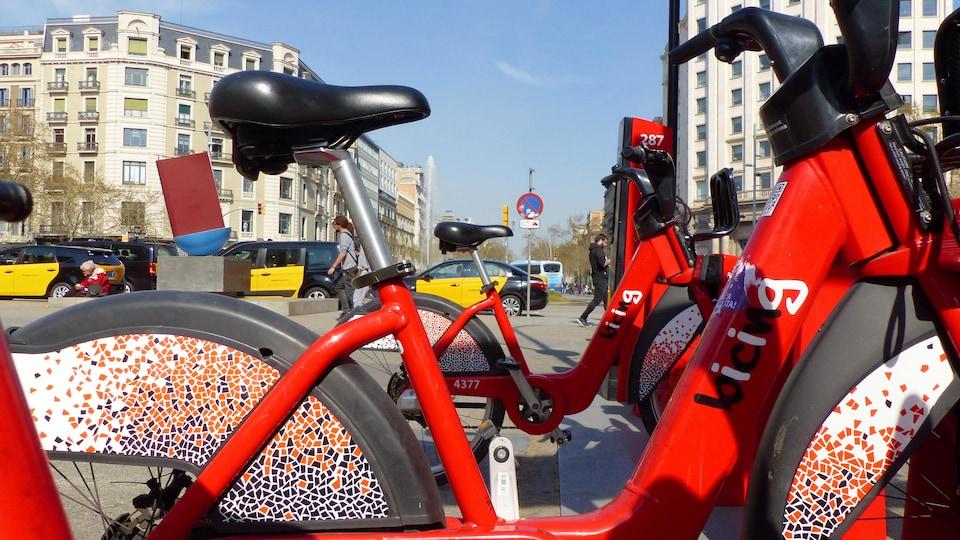 Des vélos Bicing aux couleurs des mosaïques de l'architecte catalan Gaudi.