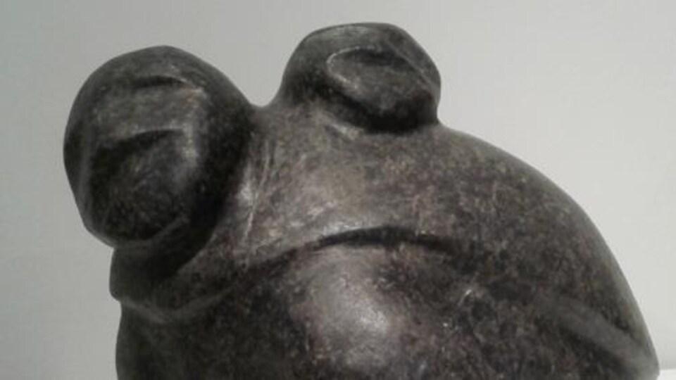 Une femme et un enfant, oeuvre de Barnabus Arnasungaaq
