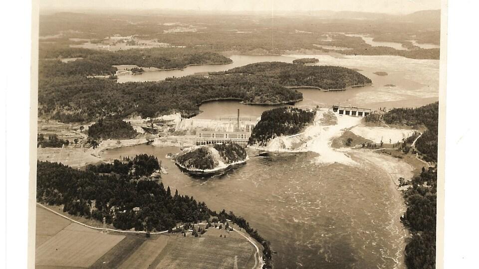 Une photo en noir et blanc d'un barrage hydroélectrique.