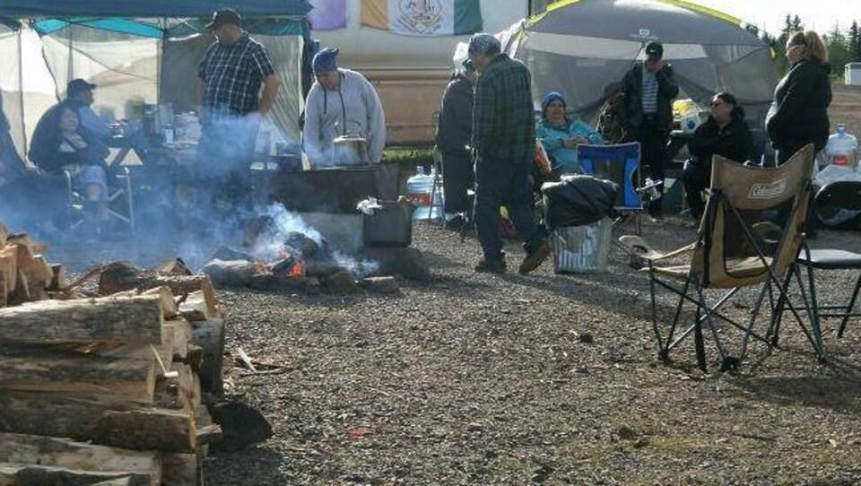 Une vingtaine de personnes campent devant les installations de la minière.
