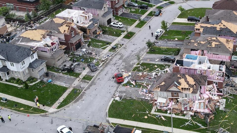 Un quartier dont les maisons sont endommagées par une tornade.