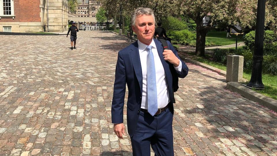 On voit le journaliste Kevin Donovan, du « Toronto Star », sortir de la Cour d'appel de l'Ontario.
