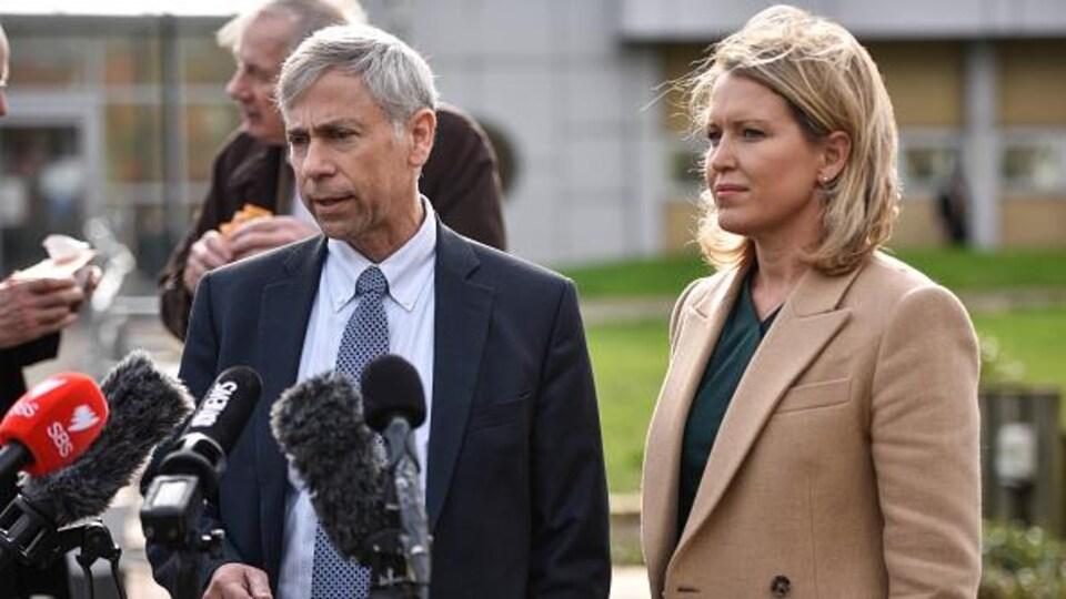 Barry Pollack et Jennifer Robinson donnent un point de presse à l'extérieur.