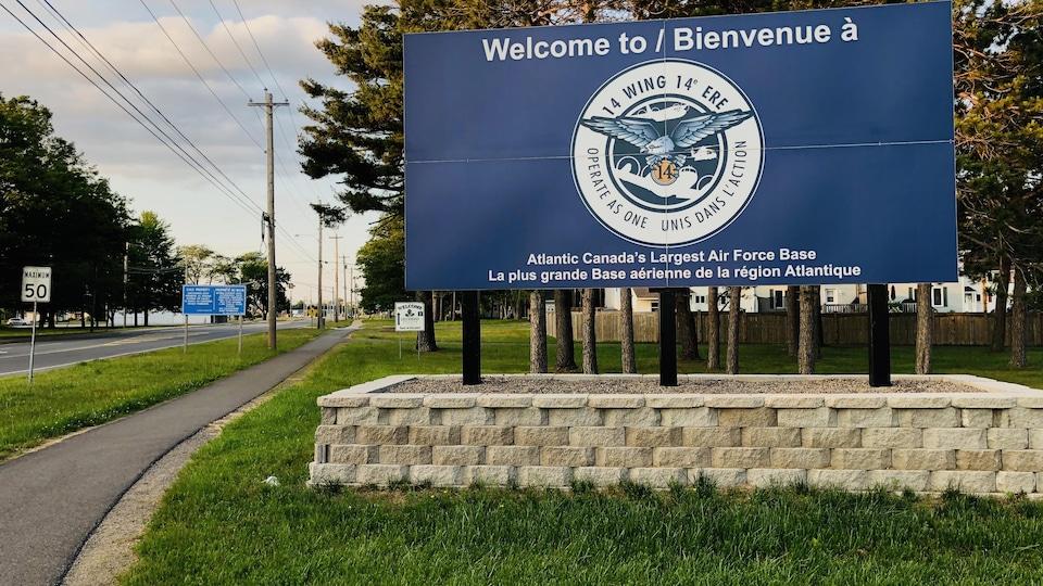 La pancarte de la 14e escadre accueille les gens à la base située à Greenwood en Nouvelle-Écosse