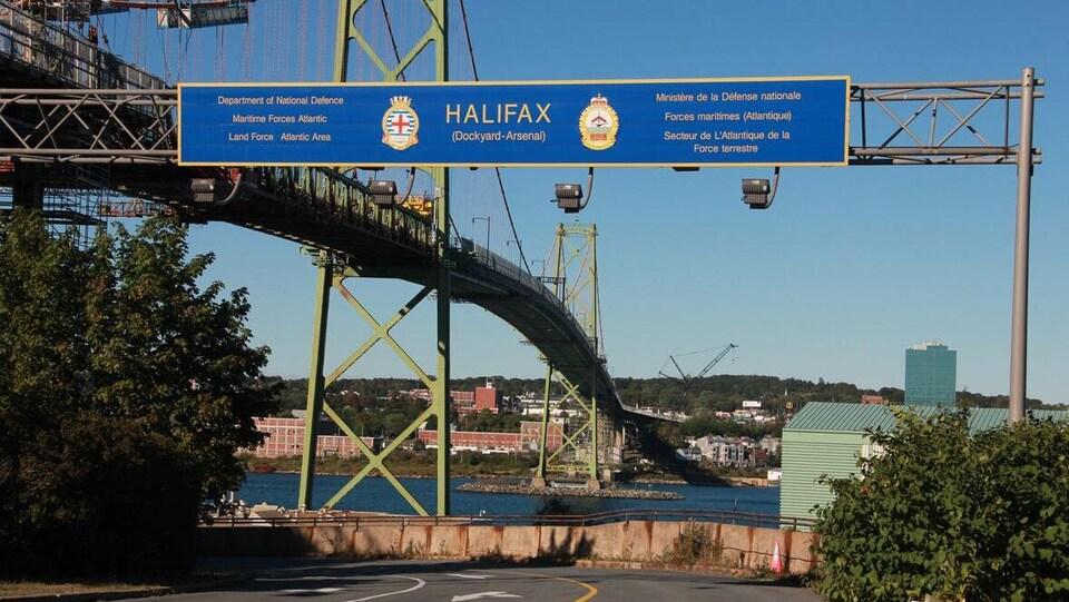 Entrée de la Base des Forces canadiennes Halifax devant le pont Macdonald.