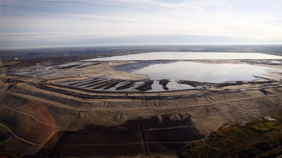 Vue aérienne de bassins de décantation près de Fort McMurray, dans le Nord albertain