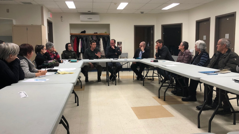 Une vingtaine de citoyens se sont réunis jeudi soir au centre communautaire de Saint-Robert pour discuter de la sécurité au parc Lepage.