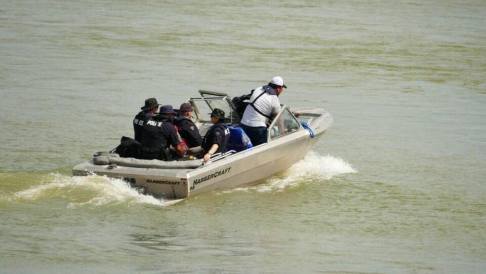 Un bateau transportant des membres de l'équipe de récupération sous-marine de la GRC.