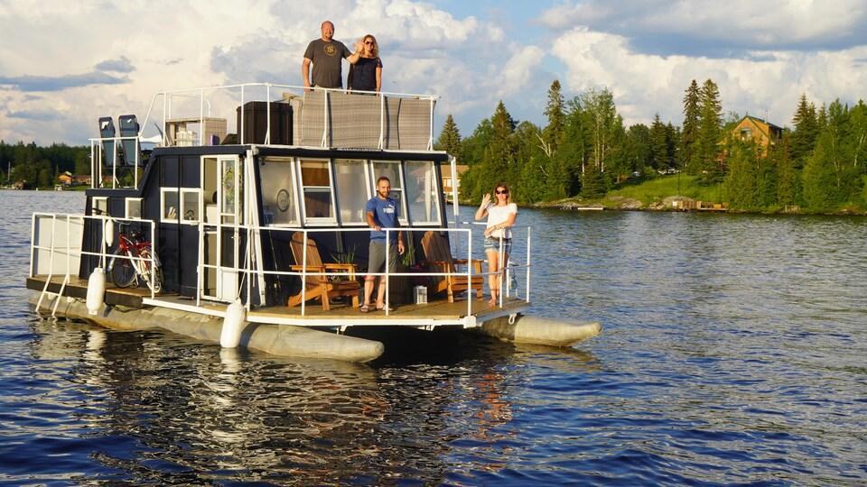 Deux couples partagent un moment sur un bateau-maison