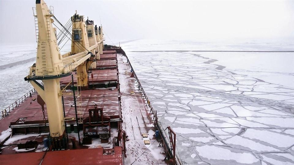 Un navire dans l'océan Arctique