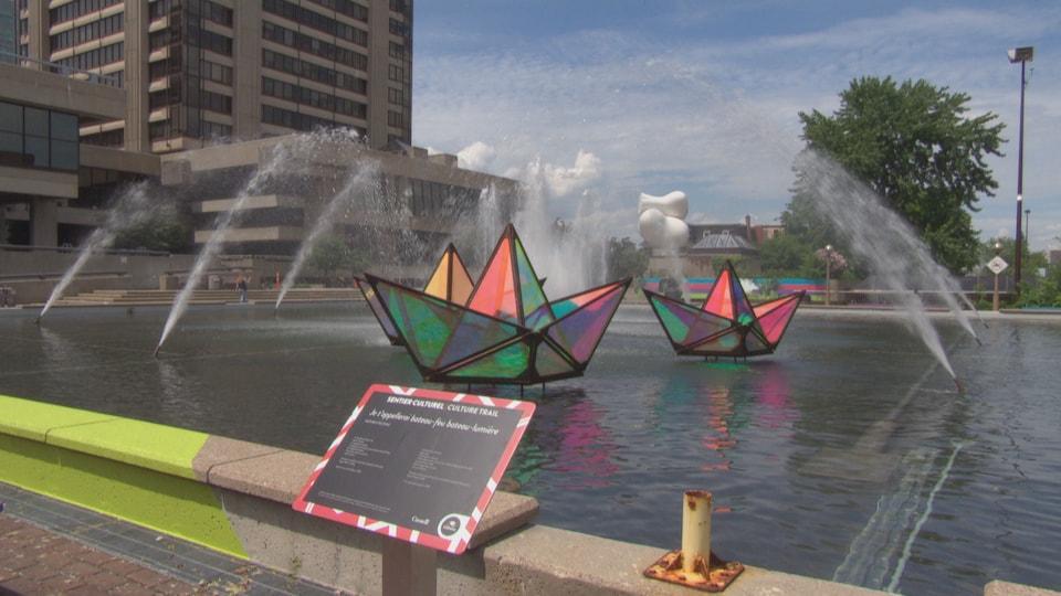 Des bateaux faits de verre coloré et de fer forgé.