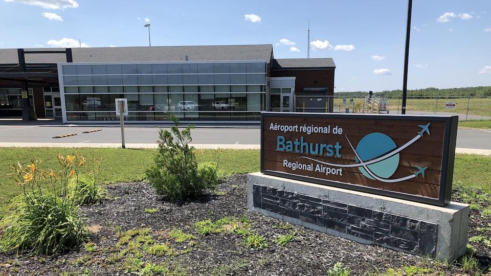 L'enseigne et le terminal de l'aéroport.