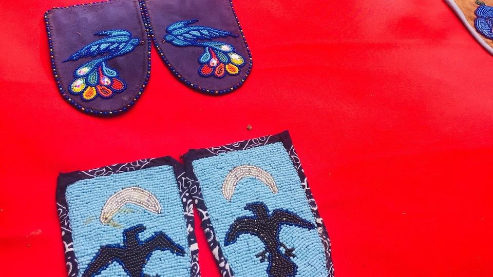 Des mocassins installés sur un tapis rouge.