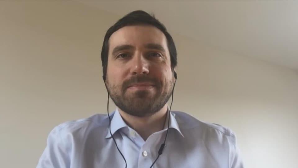 Un homme qui porte des écouteurs en entrevue.