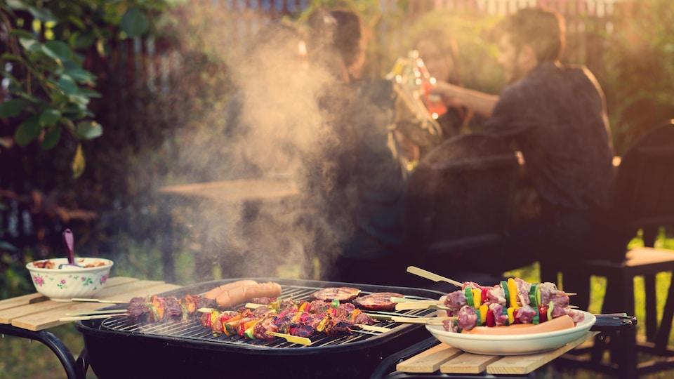 Des brochettes de viande et de légumes sur un barbecue pendant une fête.