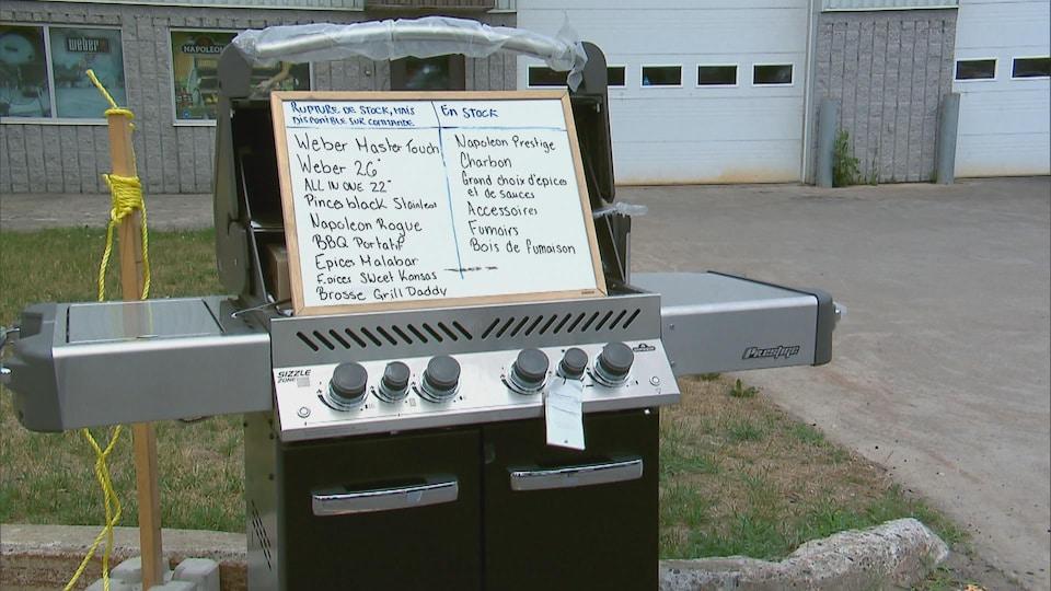 Un BBQ ouvert, avec un tableau blanc à l'intérieur sur lequel on peut lire les BBQ encore disponibles et les nombreux qui ne le sont pas.