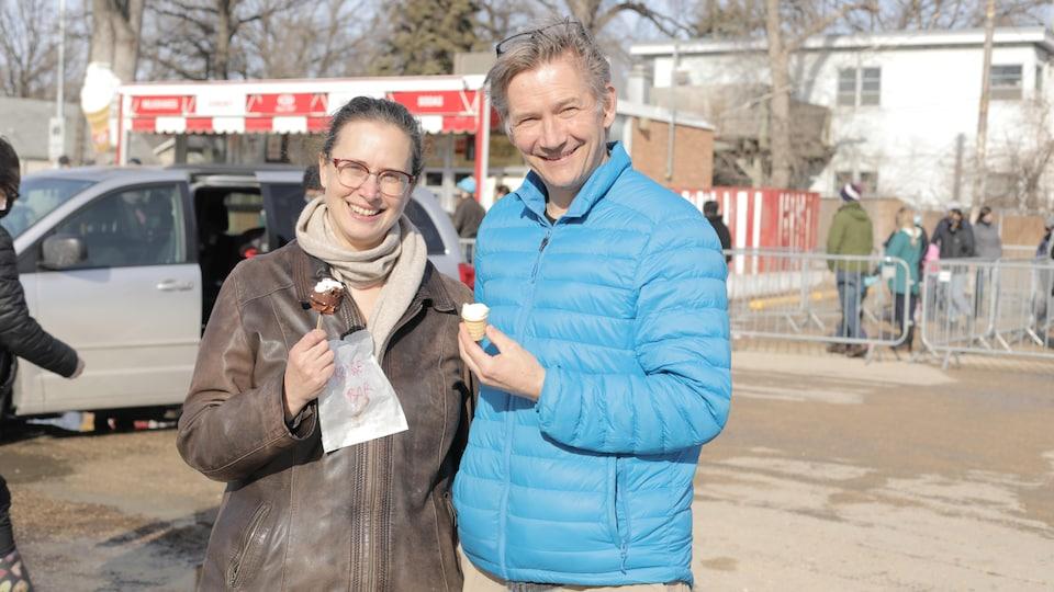 Robin Rooke-Hanke et son mari souriants, une crème glacée à la main.