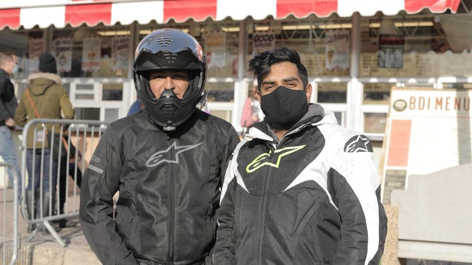 Monik Panchhi et son ami Narusan Jayaranjan coiffé d'un casque de moto.