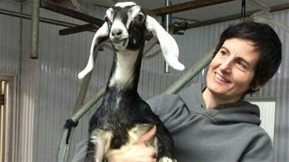 Nathalie St-Onge et l'une de ses chèvres, Mademoiselle Surprise.