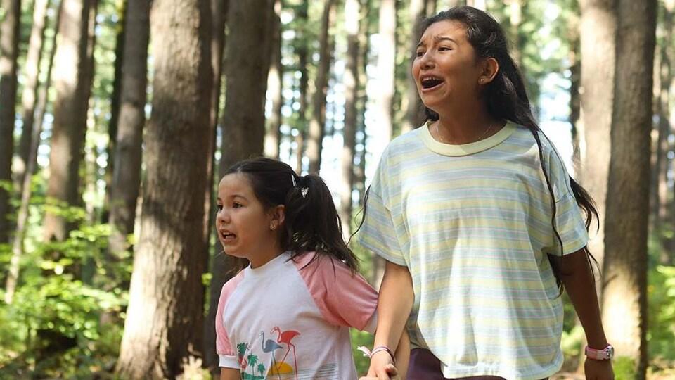 Deux jeunes femmes dans les bois.