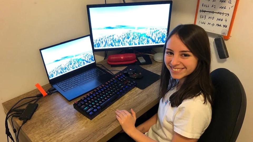 Beatriz Gascon sourit devant son écran d'ordinateur.