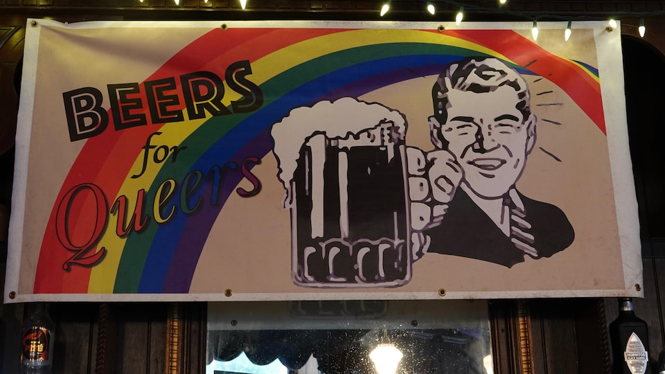 Affiche sur laquelle on peut lire «Beers for Queers» aux couleurs de l'arc-en-ciel.