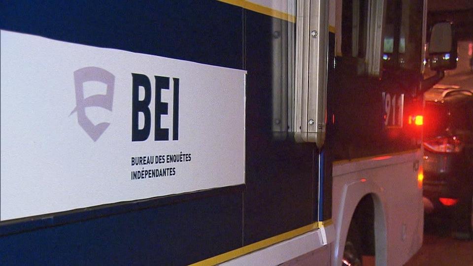 Le logo du Bureau des enquêtes indépendantes apparaît sur un véhicule.
