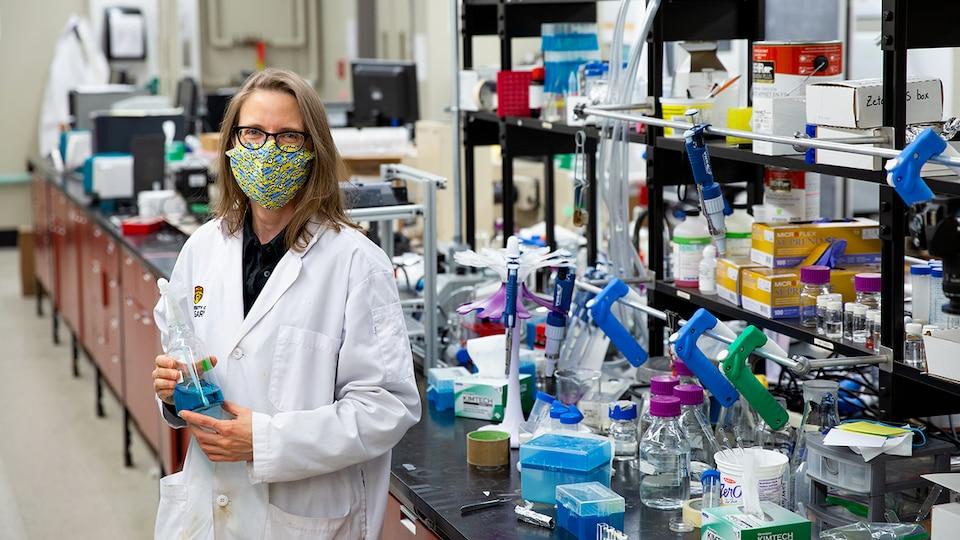 La Dre Belinda Heyne dans son laboratoire.