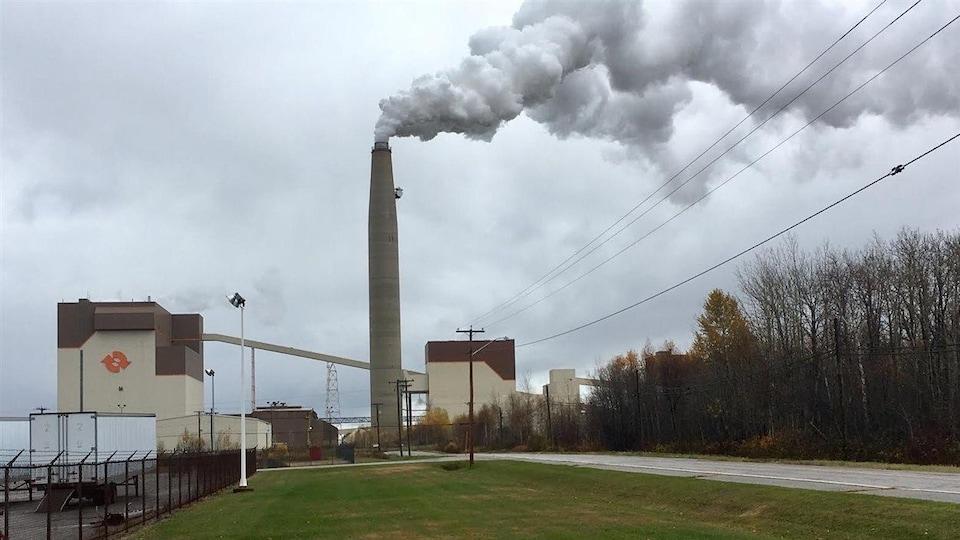 La cheminée de la centrale dégage un épais panache de vapeur