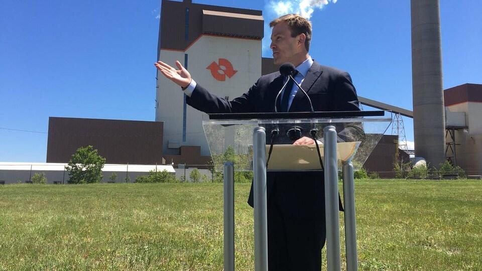 Le premier ministre, Brian Gallant, en train de faire une allocution sur un lutrin.